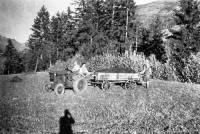 Einer der ersten Traktoren am Weerberg