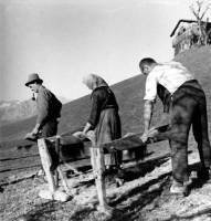 Flachsbrecheln in Innerweerberg um 1940